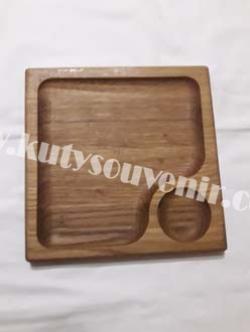 Деревянная миска для подачи еды
